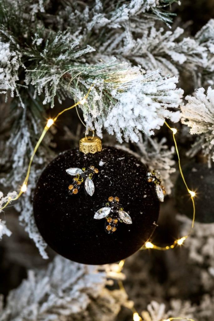 Dom projektu HOLA Design w świątecznej stylizacji - czarna bombka na choince