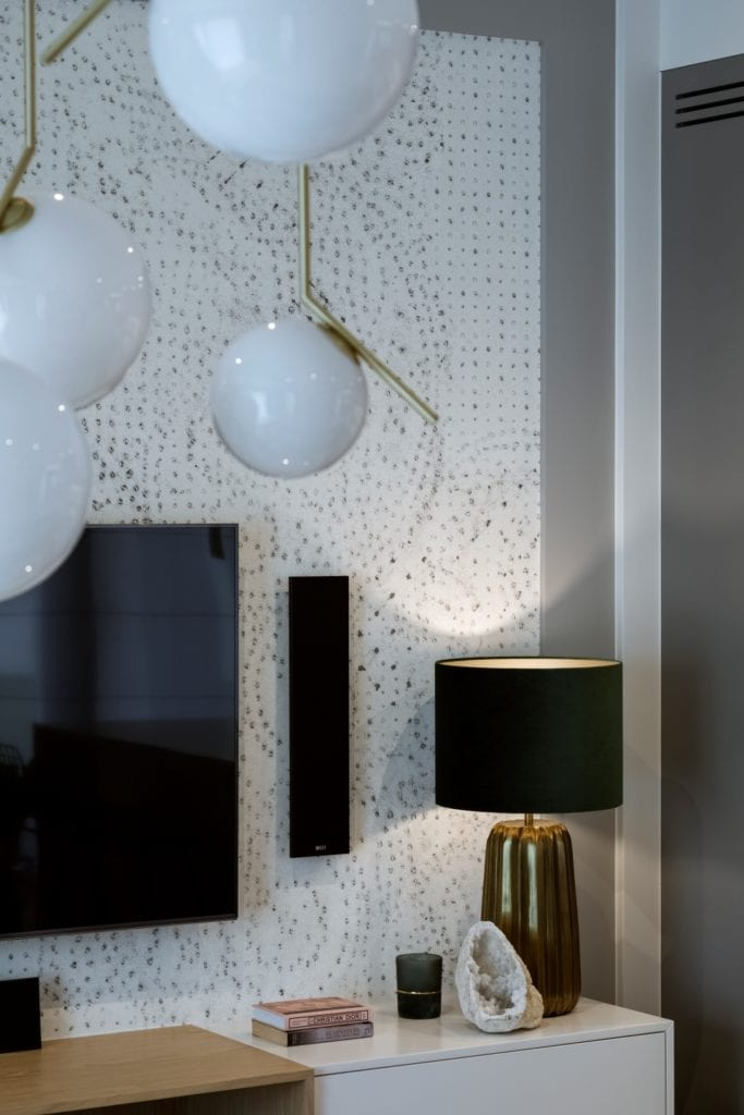 Dom projektu HOLA Design w świątecznej stylizacji - jasna tapeta w pokoju