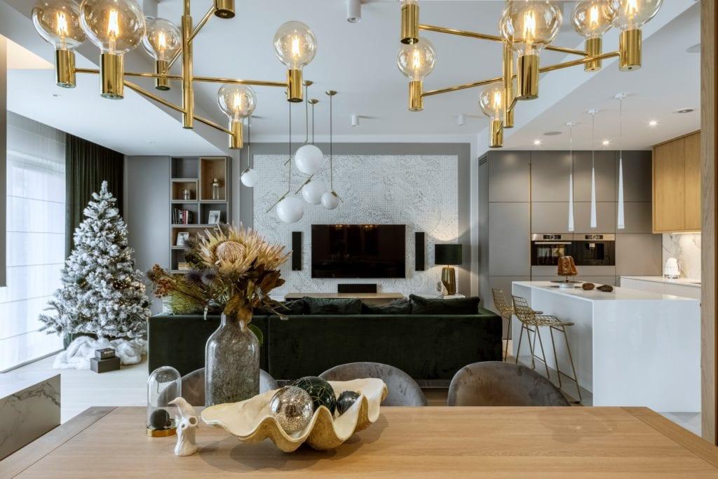 Dom projektu HOLA Design w świątecznej stylizacji - telewizor na ścianie w salonie