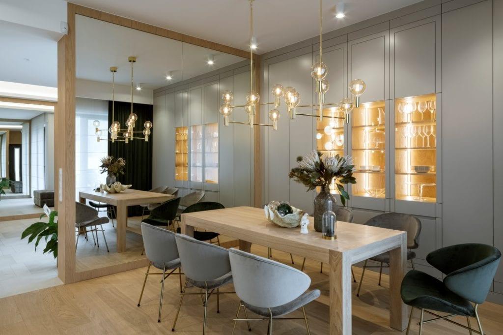 Dom projektu HOLA Design w świątecznej stylizacji - drewniany stół z kompletem krzeseł
