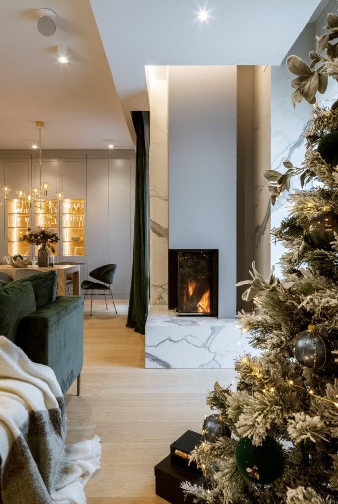 Dom projektu HOLA Design w świątecznej stylizacji - kominek w salonie