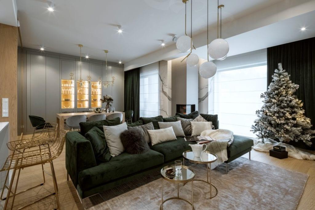 Dom projektu HOLA Design w świątecznej stylizacji - poduszki na ciemnej sofie w salonie