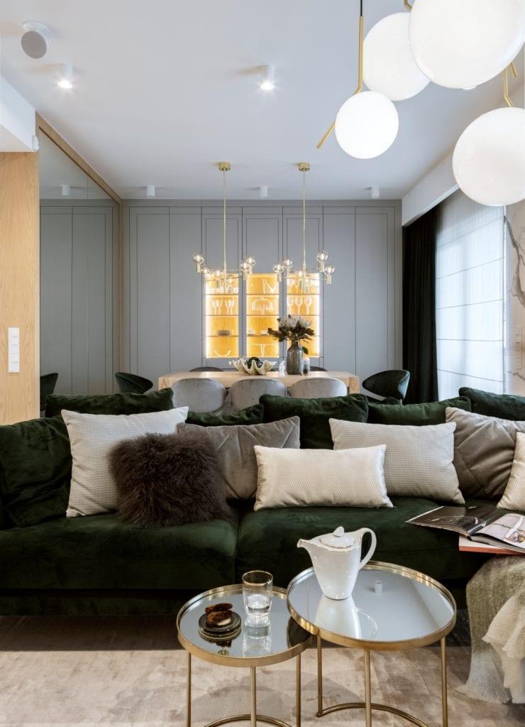 Dom projektu HOLA Design w świątecznej stylizacji - salon z ciemną sofą