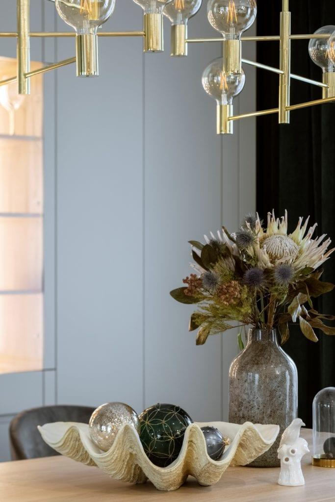 Dom projektu HOLA Design w świątecznej stylizacji - wazon stojący na stole