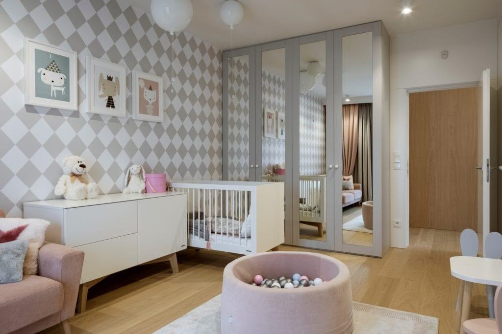 Dom projektu HOLA Design w świątecznej stylizacji - pokój dziecięcy z szarą tapetą