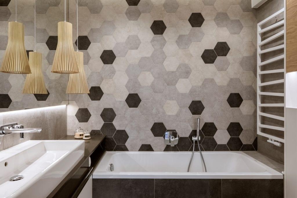 Dom projektu HOLA Design w świątecznej stylizacji - łazienka w heksagonalne płytki