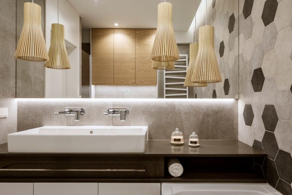 Dom projektu HOLA Design w świątecznej stylizacji - łazienka w szarościach