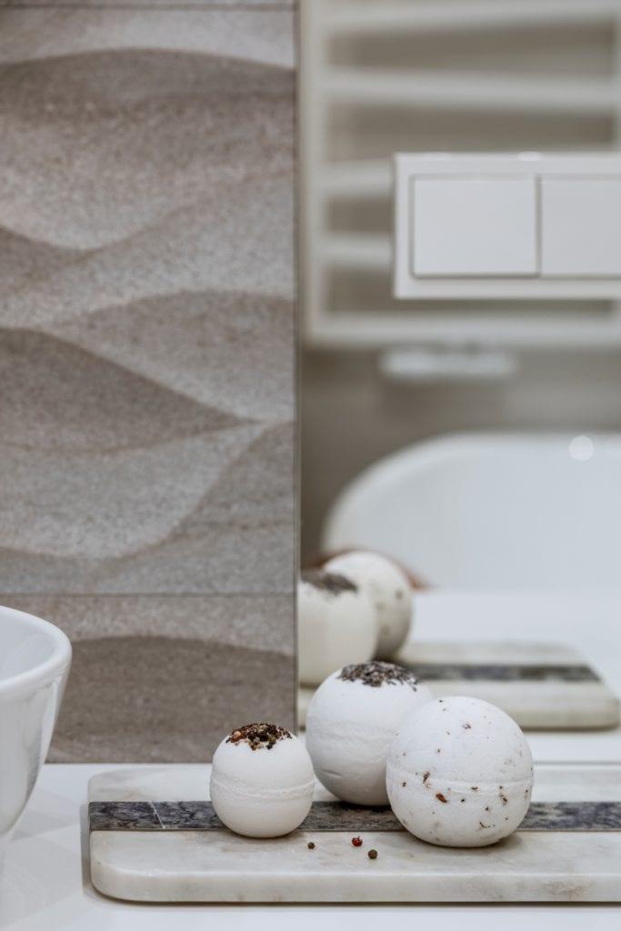 Dom projektu HOLA Design w świątecznej stylizacji - dekoracja w łazience