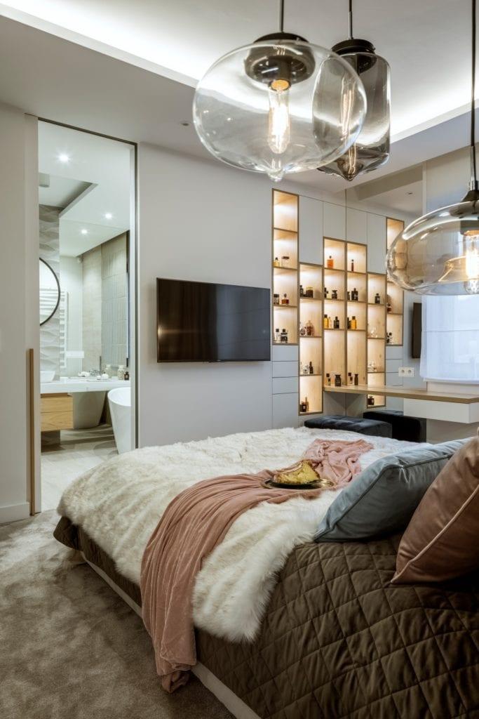 Dom projektu HOLA Design w świątecznej stylizacji - sypialnia z dużym łóżkiem