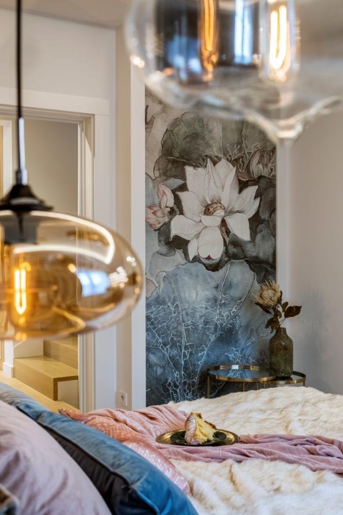 Dom projektu HOLA Design w świątecznej stylizacji - tapeta z motywem kwiatowym w sypialni