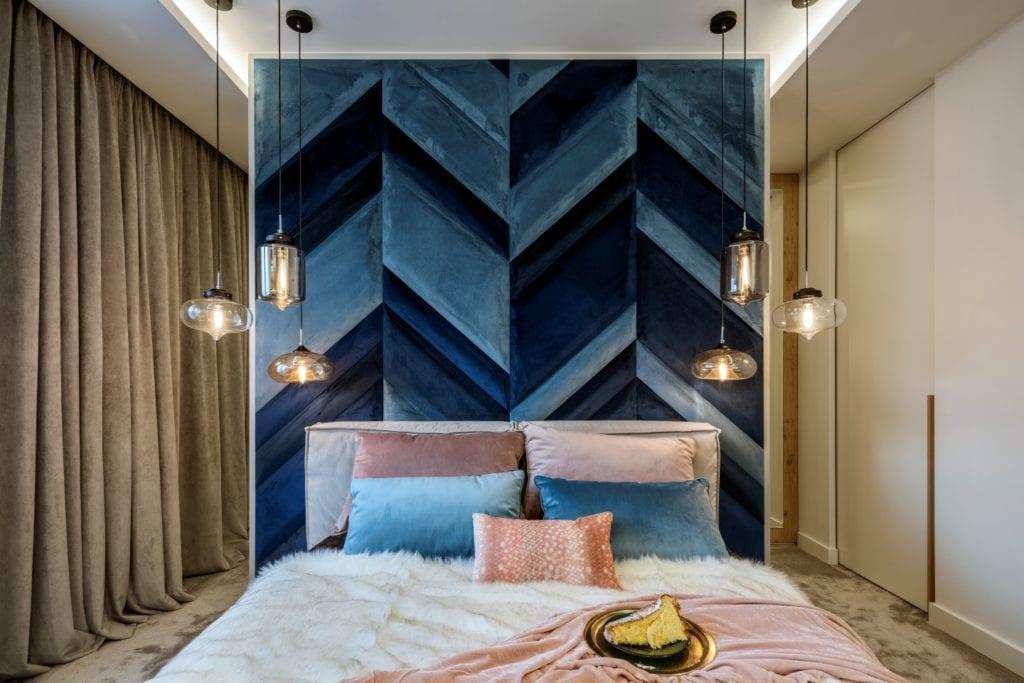 Dom projektu HOLA Design w świątecznej stylizacji - niebieski zagłówek w sypialni