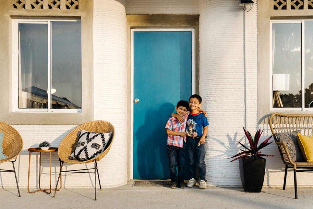 Domy z drukarki 3D w miejscowości Tabasco w południowym Meksyku - projekt New Story ICON i fuseproject - drzwi wejściowe do domu