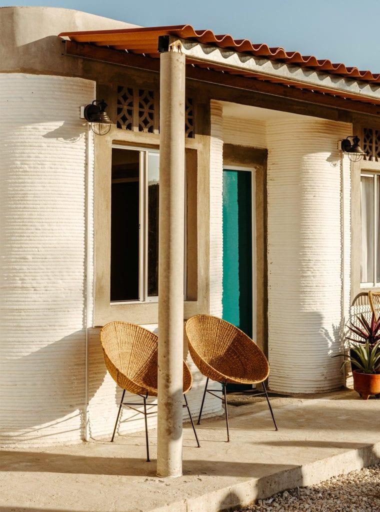 Domy z drukarki 3D w miejscowości Tabasco w południowym Meksyku - projekt New Story ICON i fuseproject - ganek domu