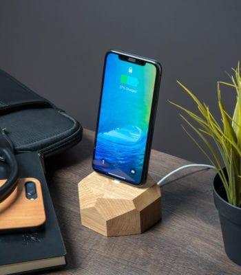 Oakywood – drewniana ładowarka do telefonu