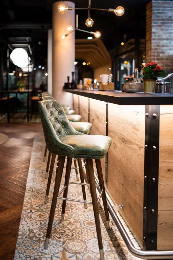 Ibis Styles Lublin Stare Miasto projektu pracowni Tremend - hokery przy barze