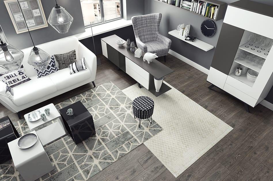 Jak powiększyć małe mieszkanie? 7 porad od projektantów - salon z szarymi meblami
