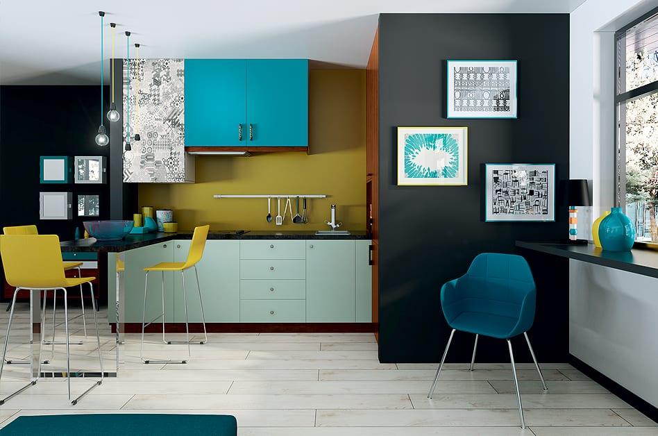 Jak powiększyć małe mieszkanie? 7 porad od projektantów - kuchnia z kolorowymi akcentami