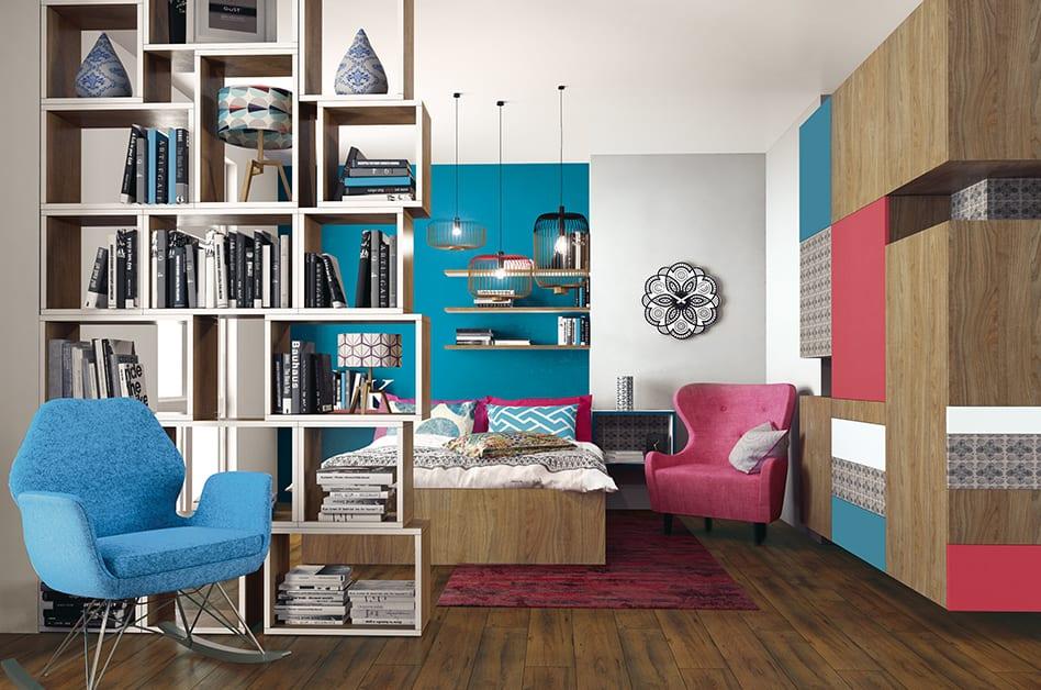 Jak powiększyć małe mieszkanie? 7 porad od projektantów - mała sypialnia z łóżkiem