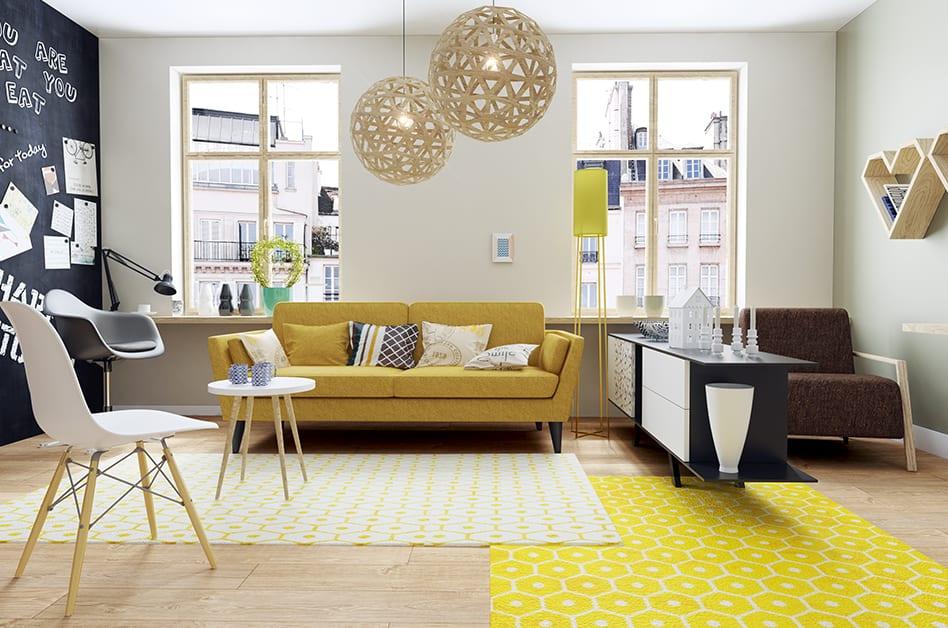 Jak powiększyć małe mieszkanie? 7 porad od projektantów - salon z żółtą sofą