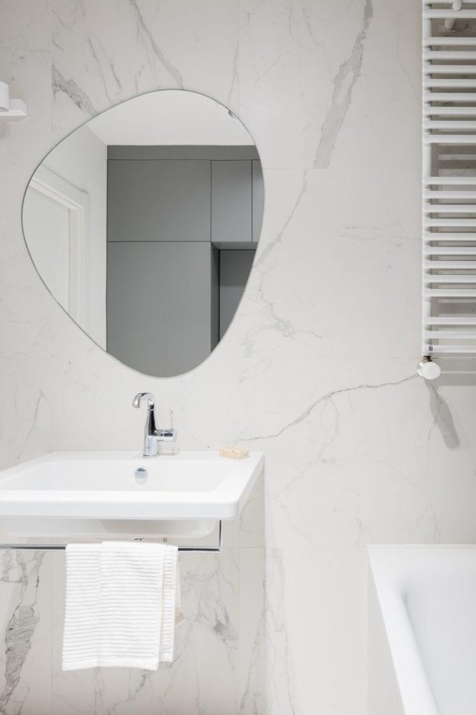 Kawalerka w Łodzi projektu pracowni 3XEL Architekci - lustro w łazience
