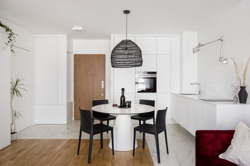 Kawalerka w Łodzi projektu pracowni 3XEL Architekci - okrągły stolik w salonie