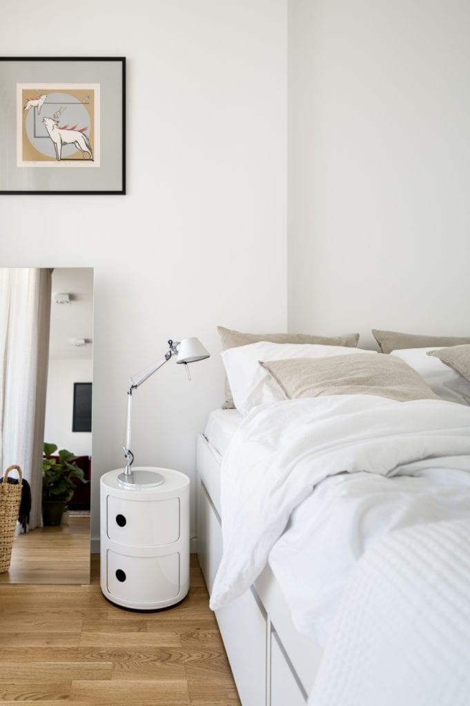 Kawalerka w Łodzi projektu pracowni 3XEL Architekci - łóżko w sypialni
