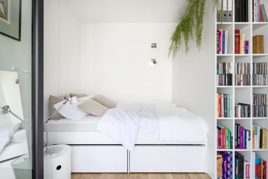 Kawalerka w Łodzi projektu pracowni 3XEL Architekci - łóżko w pokoju