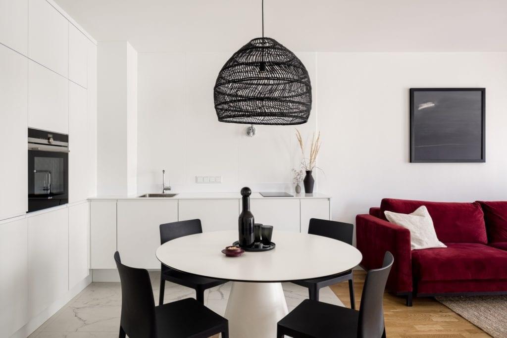 Kawalerka w Łodzi projektu pracowni 3XEL Architekci - lampa wisząca nad stołem