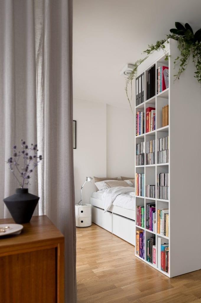 Kawalerka w Łodzi projektu pracowni 3XEL Architekci - regał na książki w pokoju