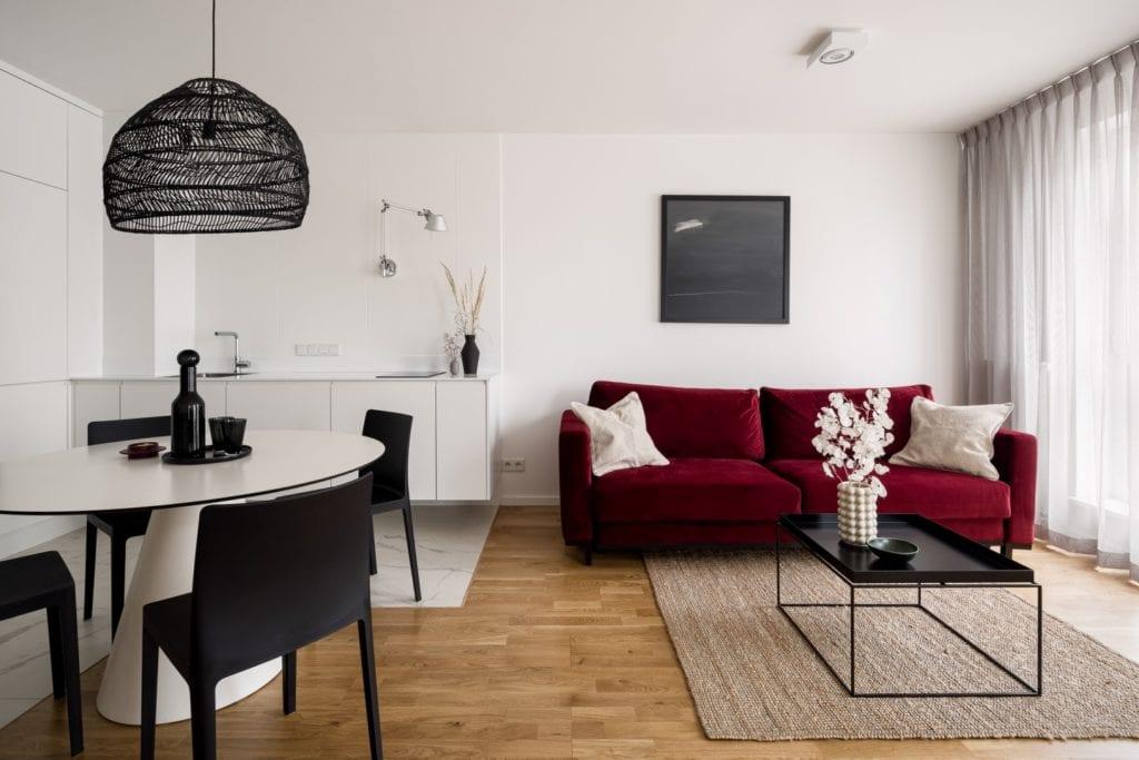 Kawalerka w Łodzi projektu pracowni 3XEL Architekci - drewniana podłoga w salonie