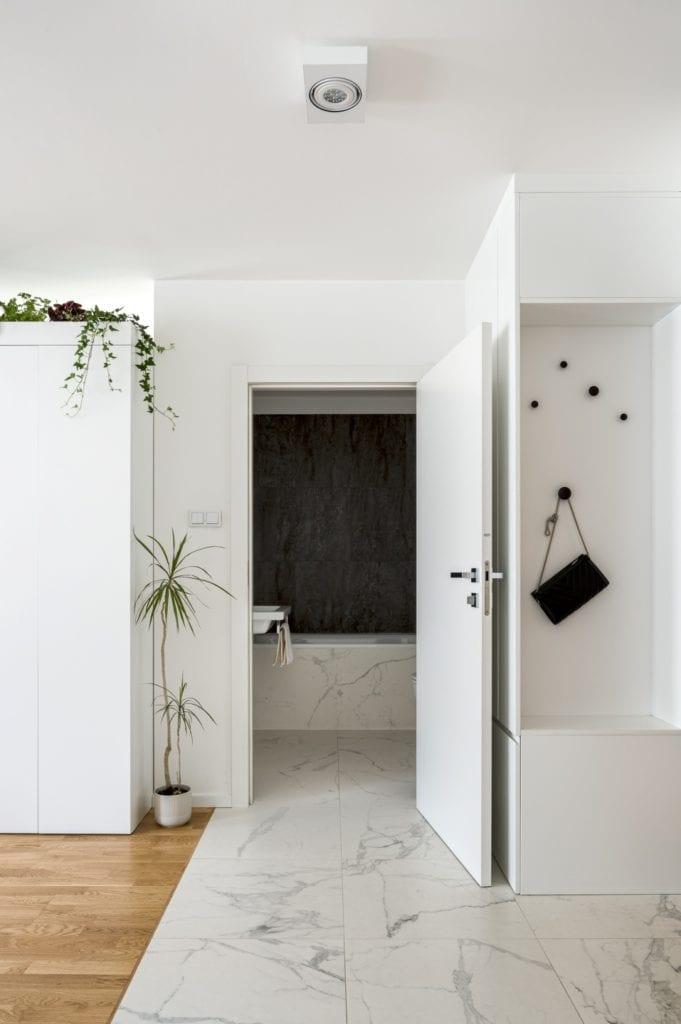 Kawalerka w Łodzi projektu pracowni 3XEL Architekci - jasne drzwi