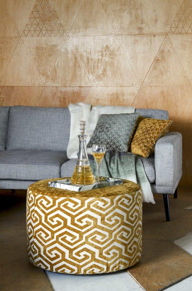 Kolekcja Geometric Pastels od Miloo Home - szara sofa w salonie