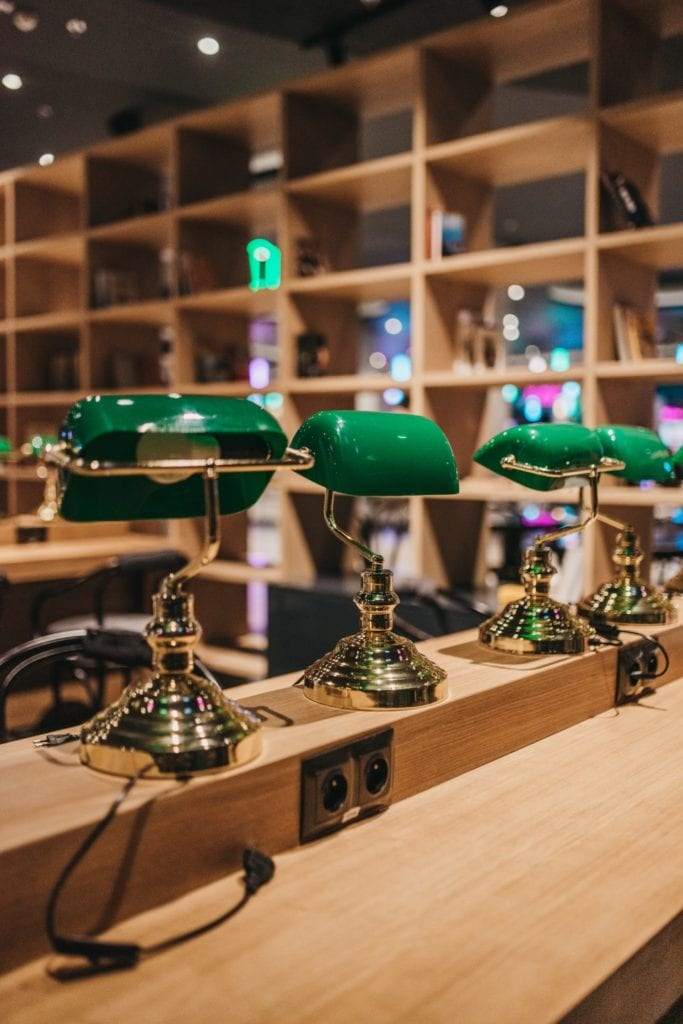 Zielone lampki w Foodstacji w Pasażu Grunwaldzkim projektu pracowni MIXD