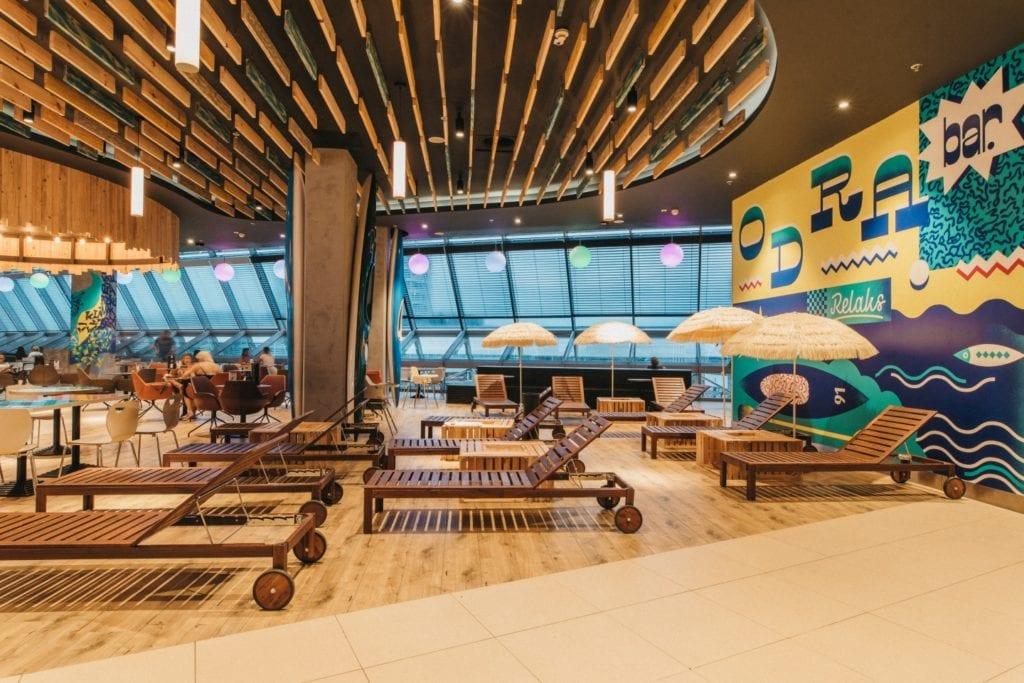 Drewniane leżaki w Foodstacji w Pasażu Grunwaldzkim projektu pracowni MIXD