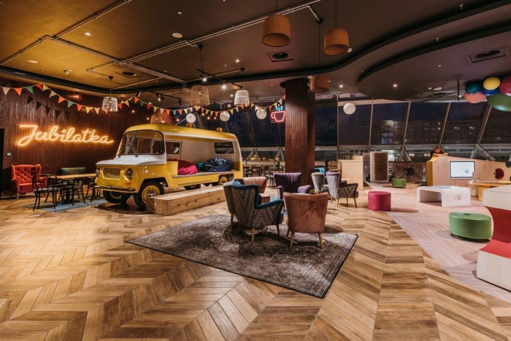 Żółta Nysa w Foodstacji w Pasażu Grunwaldzkim projektu pracowni MIXD
