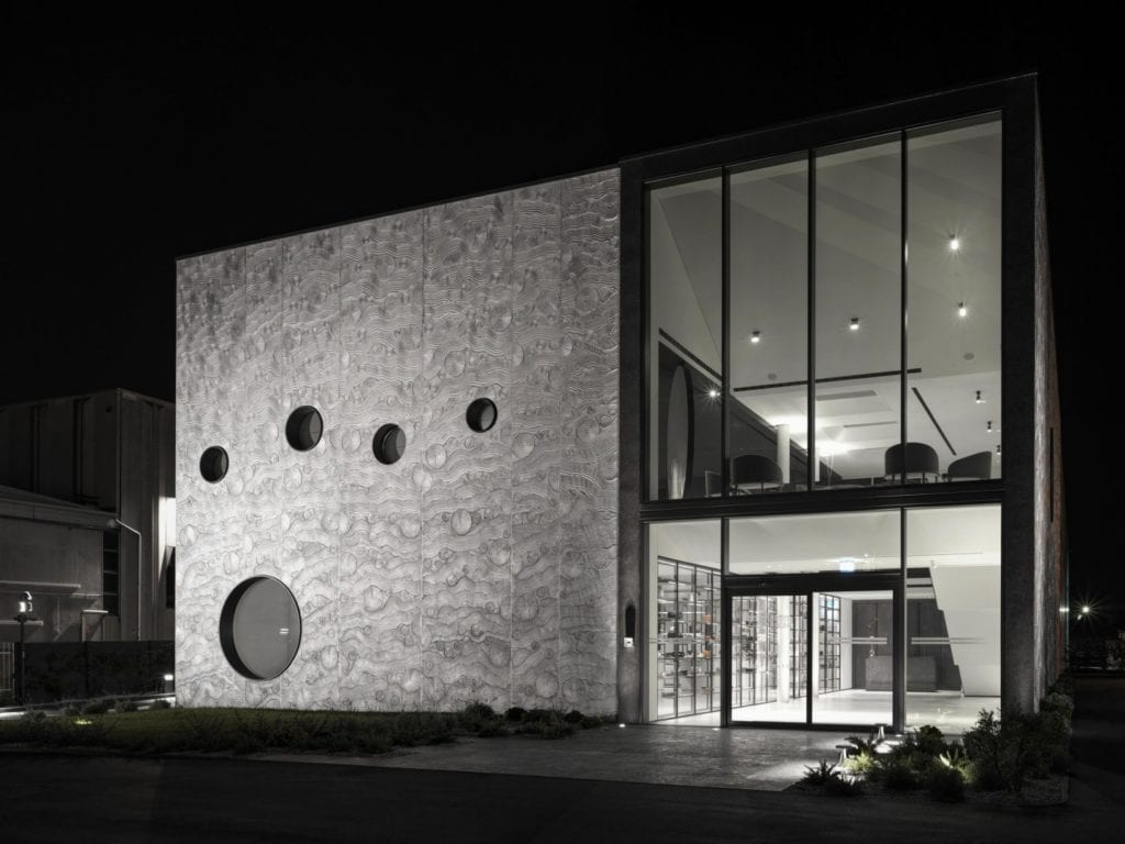 Podświetlona elewacja restauracji Bolle projektu Marco Acerbis Studio