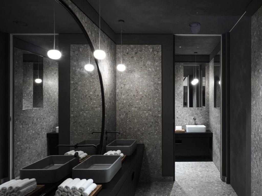Szara łazienka w restauracji Bolle projektu Marco Acerbis Studio
