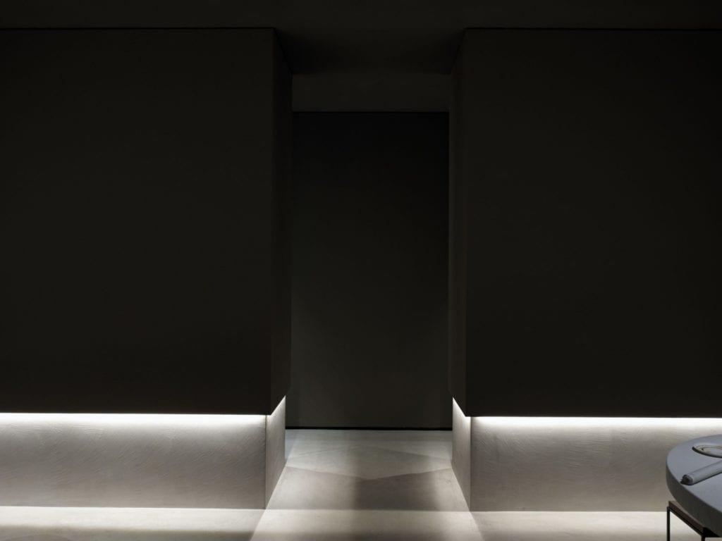 Czarna dekoracja w restauracji Bolle projektu Marco Acerbis Studio