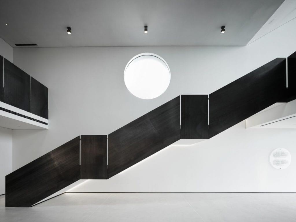 Czarne schody w restauracji Bolle projektu Marco Acerbis Studio