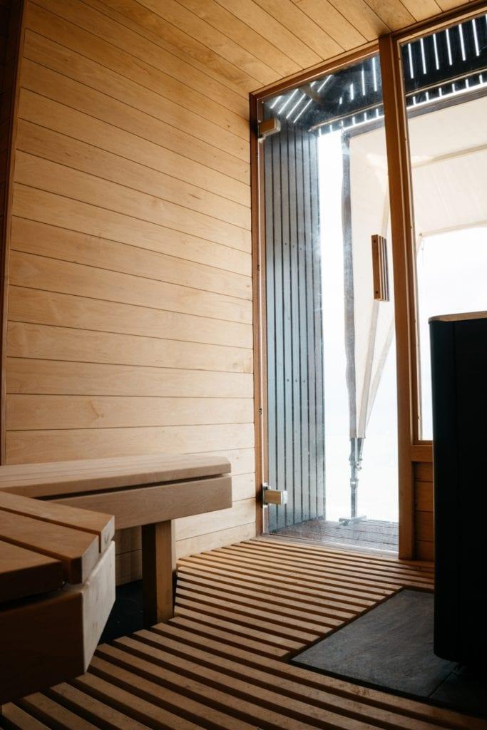 Marka Haeckels i drewniana sauna na plaży w Margate - wnętrze sauny