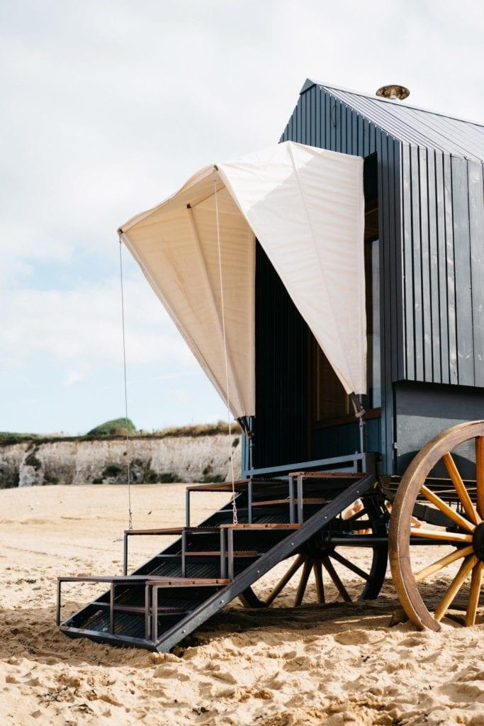 Marka Haeckels i drewniana sauna na plaży w Margate - sauna na plaży