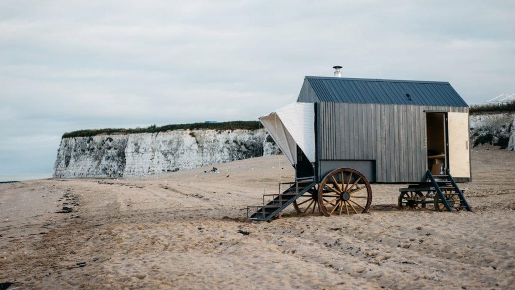 Marka Haeckels i drewniana sauna na plaży w Margate - sauna na nadmorskiej plaży