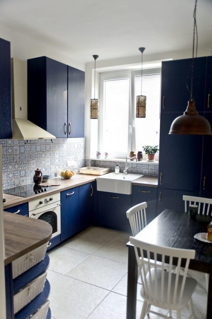 Metamorfoza warszawskiego mieszkania z lat 50 - pracownia Miśkiewicz Design - niebieskie fronty w kuchni