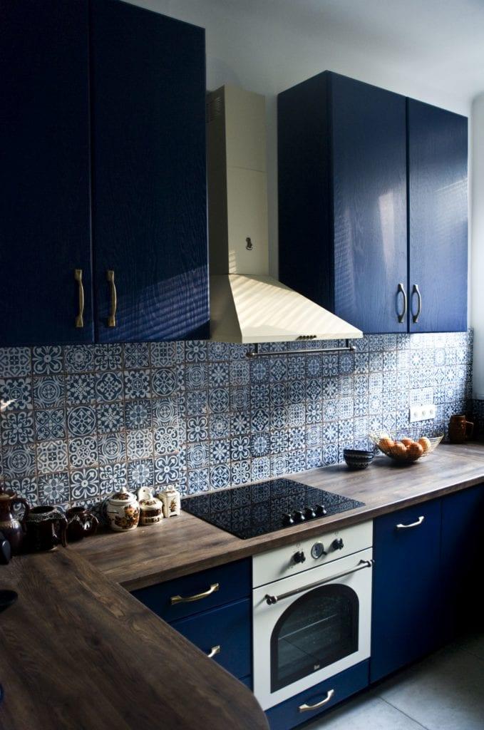 Metamorfoza warszawskiego mieszkania z lat 50 - pracownia Miśkiewicz Design - kuchnia z niebieskimi frontami