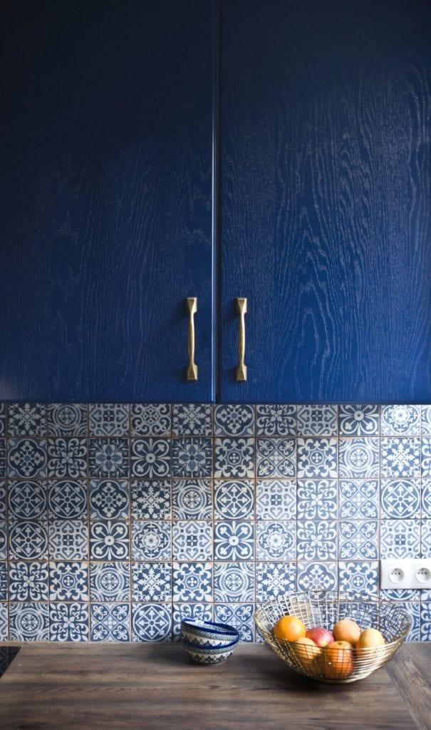 Metamorfoza warszawskiego mieszkania z lat 50 - pracownia Miśkiewicz Design - niebieska szafka w kuchni