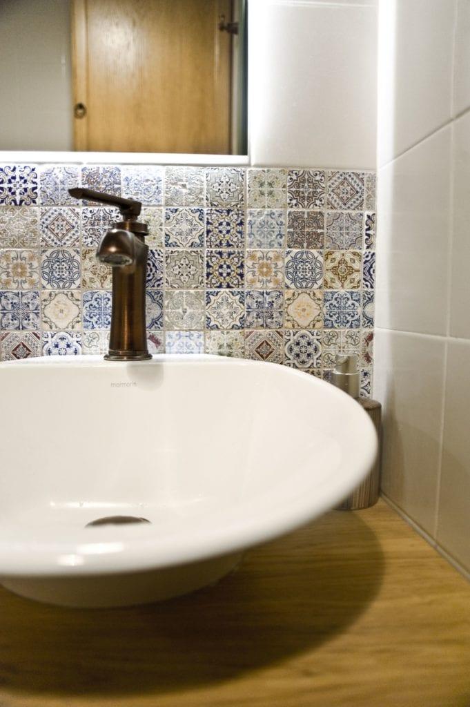 Metamorfoza warszawskiego mieszkania z lat 50 - pracownia Miśkiewicz Design - umywalka w łazience