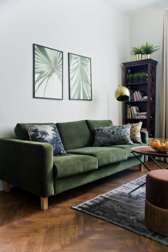 Metamorfoza warszawskiego mieszkania z lat 50 - pracownia Miśkiewicz Design - sofa w salonie w kolorze butelkowej zieleni