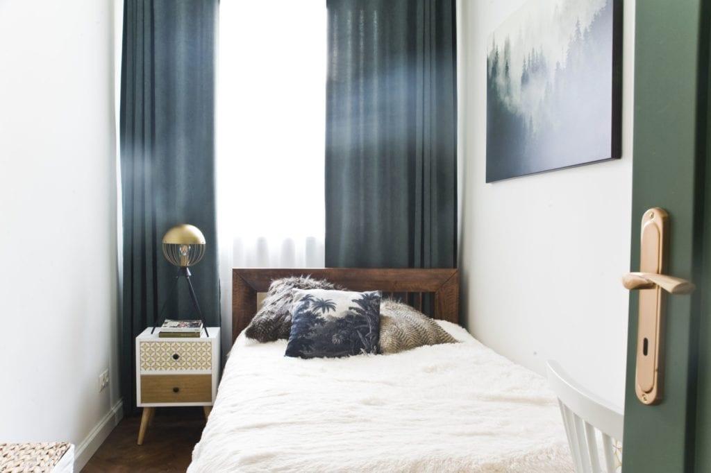 Metamorfoza warszawskiego mieszkania z lat 50 - pracownia Miśkiewicz Design - zielone firanki w sypialni