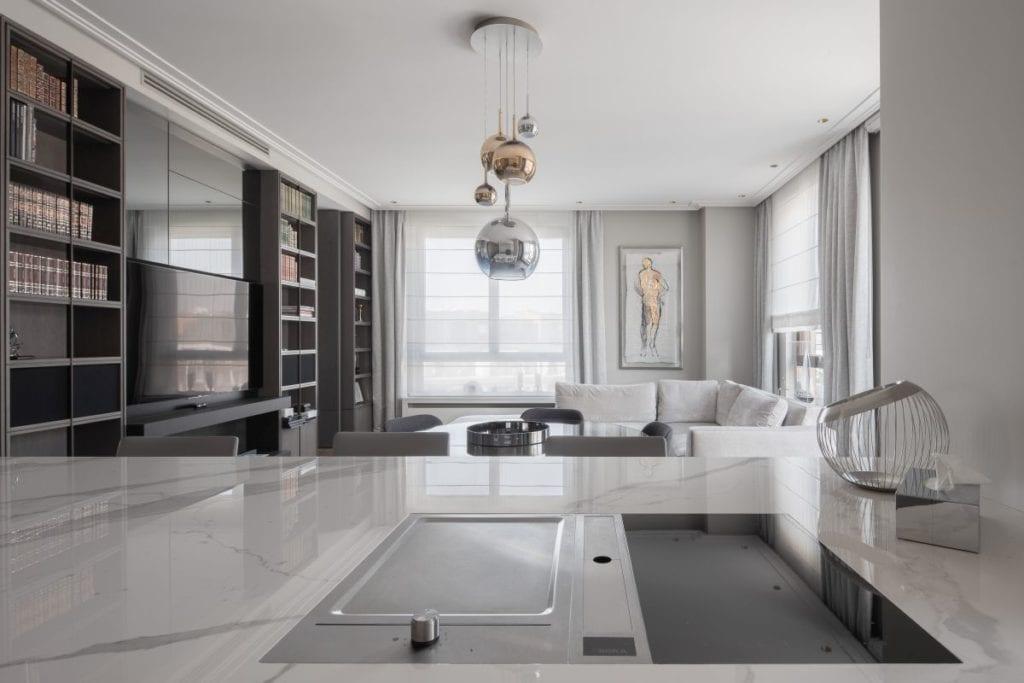 Nowoczesny i komfortowy apartament projektu Pauliny Taff - wyspa w kuchni połączonej z salonem