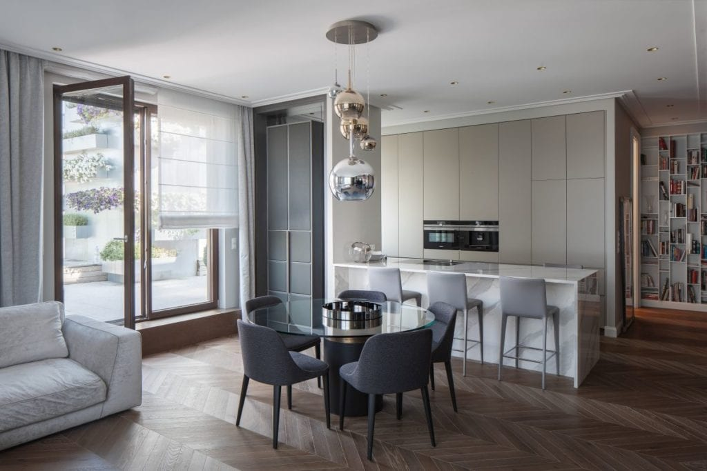 Nowoczesny i komfortowy apartament projektu Pauliny Taff - salon połączony z kuchnią